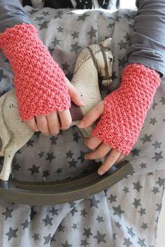 jolies mitaines! Crochet Gloves Pattern, Crochet Mittens, Knit Crochet, Crochet Hand Warmers, Red Boots, Mitten Gloves, Free Knitting, Fingerless Gloves, Arm Warmers