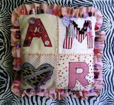 Almofada bordada em patch apliquê com a palavra AMOR. Feita em jackar e letras em algodão. Muitos detalhes bordados: rendas, pompons, paetês, miçangas, botões... Inclui enchimento. Você pode encomendar outros tamanhos, cores e palavras. R$59,00