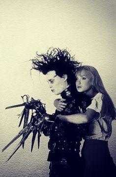 Edward Scissorhands - Johnny Depp and Winona Ryder - directed by Tim Burton - 1990 Art Tim Burton, Tim Burton Kunst, Film Tim Burton, Tim Burton Characters, Johnny Depp And Winona, Johny Depp, Winona Ryder, Eduardo Scissorhands, Edward Scissorhands Tattoo