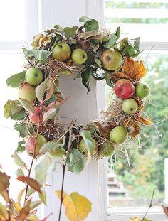 """Vom Baum gefallene Äpfel eignen sich gut für eine Weiterverwendung im Herbstkranz. Dort verschwindet die kleine Delle im Stroh oder unter ein paar Blättern. """"Besonders hübsch wird der Kranz mit einer bunten Mischung aus unterschiedlich gereiften Äpfeln und gefärbten Blättern,"""" empfiehlt Vibeke. Mehr Deko-Ideen findet Ihr auf vibekedesign.blogspot.de"""
