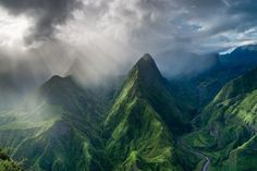 山々に差す朝の光(フランス領レユニオン)