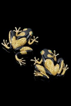 >>>Pandora Jewelry OFF! >>>Visit>> Whimsical frog brooches in yellow gold with yellow diamonds black enamel and cabochon emerald eyes are the perfect blend of playful and elegant. Or Noir, High Jewelry, Gold Jewellery, Animal Jewelry, Black Enamel, Turquoise Jewelry, Fashion Jewelry, Steampunk Fashion, Gothic Fashion