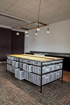 Minimalist x 45 Kilos / Kitchen Design Diy Furniture, Furniture Design, Milk Crate Furniture, Furniture Storage, Kitchen Furniture, Industrial Kitchen Design, Ideias Diy, Cuisines Design, Retail Design