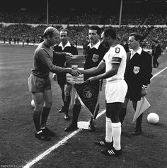 29/5/68 BOBBY CHARLTON (LEFT) CAPTAIN OF MANCHESTER UNITED EXCHANGING PENNANTS WITH BENFICA CAPTAIN MARIO ESTEVES COLUNA BEFORE THE KICK-OFF IN THE EUROPEAN CUP FINAL AT WEMBLEY, LONDON. MANCHESTER UNITED WON 4-1