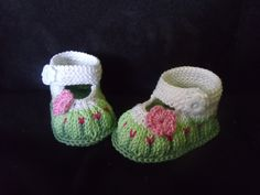 """gestrickte Babyschuhe """"Blumenwiese""""  auch für Rebornpuppen möglich  Blümchenknopf zum Schließen      Versand: 1 Paar Schuhe: 1,15 €           2-14 ..."""