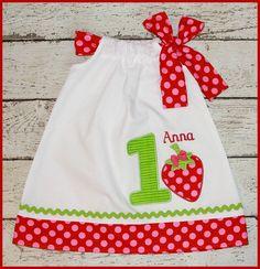 Berry Sweet Strawberry Birthday Pillowcase von LittlehootboutiqueCo