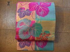 即決!アンティーク 赤紫色に金糸で、ツタの葉柄 古い名古屋帯_画像2