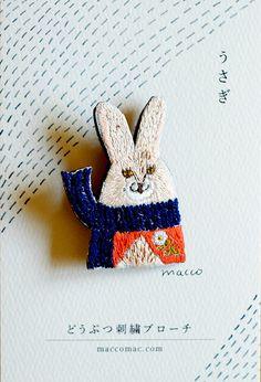 刺繍糸1本取りで、絵を描くように刺繍したどうぶつのブローチです。大きさ:約5cm×4cm材料:コットン100%刺繍糸(DMC)リネンフェルトブローチピン