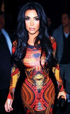 Another great look for the newly beautiful mother Kim Kardashian. Her gorgeous long pitch black yet shiny hair looks amazing on her. So casual yet so elegant with volume and long stretched out curls. Look Kim Kardashian, Estilo Kardashian, Kardashian Fashion, Kardashian Beauty, Kim K Style, Mode Style, Looks Hip Hop, Fashion Vestidos, Glamour