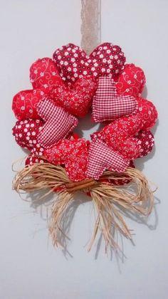 Wreath Crafts, Diy Wreath, Felt Crafts, Fabric Crafts, Crafts To Make, Felt Christmas Ornaments, Christmas Wreaths, Christmas Crafts, Vintage Valentines