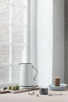 Stelton's award-winning tea and coffee range Emma is now being expanded with an electric kettle in the same design. The Emma kettle is an aesthetically attractive, light blue steel jug with clean lines that matches the rest of the Emma range's blue tone-in-tone shades. The Emma electric kettle is easy to operate. The cordless kettle can hold 1.2 L and is supplied with a removable limescale filter, dry boil safety switch and switches off automatically when the water has boiled.