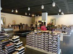 Este es el interior de la zapatería. Diferentes tipos de zapatos se venden aquí. También hay diferentes tamaños.