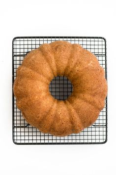 Mary Berry's Lemon Drizzle Cake with a distinctive crunchy lemon glaze. You only need a few basic ingredients and 35 minutes to bake this lovely bundt cake. Mary Berry Lemon Drizzle Cake, Lemon Layer Cakes, Lemon Desserts, Dessert Recipes, Easter Brunch, Tea Cakes, Coffee Cake, A Food, Food Processor Recipes