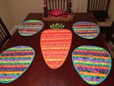 Easter runner and placemats Spring Projects, Easter Projects, Sewing Projects For Kids, Crafty Projects, Spring Crafts, Easter Crafts, Easter Decor, Table Topper Patterns, Table Runner Pattern
