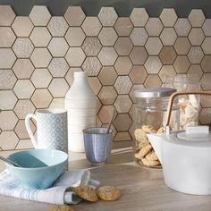 Une crédence en mosaïque hexagonale aux tons naturels