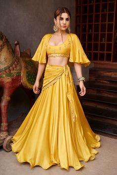 Mehendi Outfits, Indian Bridal Outfits, Indian Bridal Fashion, Indian Gowns Dresses, Indian Fashion Dresses, Indian Designer Outfits, Cape Lehenga, Lehnga Dress, Lehenga Crop Top