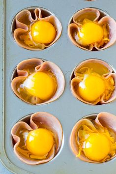 HAM AND EGG CUPS - Food Fun Kitchen These ham and egg cups are slices of ham pressed into muffin tins, then filled with cheese and eggs and tempered to state. Ham And Eggs, Ham Egg Cups, Egg Muffin Cups, Egg Muffins, Muffin Tins, Breakfast Cups, Low Carb Breakfast, Breakfast Ideas With Eggs, Snacks Für Party