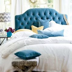 Ballard Designs - Camden Tufted Headboard in Queens Velvet Teal både form och färg