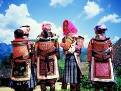 Flower Miao women carrying babies in traditional baby carrier Happy Baby, Hmong People, Baby Carrying, Laos, Madonna, Martin Luther King, Women Life, Beautiful Family, Mother And Child