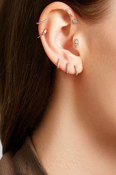 Clover Ear Piercing auf Anti-Helix hier zu verkaufen: c-bo. Piercing oreille trèfle portés à l'anti hélix en vente ici : c-bo.fr/… Clover Ear Piercing auf Anti-Helix hier zu verkaufen: c-bo. Piercing Anti Helix, Piercing Labret, Piercing Tattoo, Triple Forward Helix Piercing, Triple Helix, Forward Helix Earrings, Piercings Lindos, Cute Ear Piercings, Body Piercings
