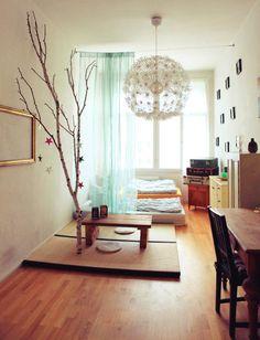 Märchenhafte WG Zimmer Einrichtung Mit Birkenstamm Und Kleinem Tisch Sowie  Schlafgelegenheit Auf Dem Boden. 3 Zimmerwohnung In Berlin. #WG #Einrichtung