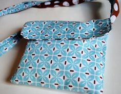 Reversible Messenger Bag Tutorial - Crazy Little Projects - double size of bag and make with chevron fabric Easy Sewing Patterns, Easy Sewing Projects, Sewing Projects For Beginners, Purse Patterns, Sewing Tutorials, Sewing Crafts, Tote Pattern, Messenger Bag Patterns, Mini Messenger Bag