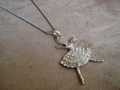 colar de corrente em metal (ródio) prata e pingente de bailarina com aplicação de strass Swarovski branco R$38,00