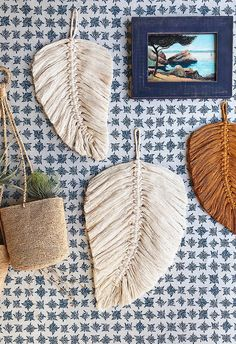 boho home decor DIY projects. macrame do it yourself arts and crafts. simple and trendy home decor. perfect gift ideas for valentines day. affordable and inexpensive gift ideas. Macrame Wall Hanging Patterns, Macrame Plant Hangers, Macrame Art, Macrame Design, Macrame Projects, Macrame Knots, Diy Projects, Free Macrame Patterns, Creation Couture
