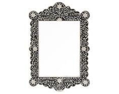 Un espejo de pared delicado y blanco y negro en un detalle de marco floral incrustaciones de hueso.  Suavizar cualquier espacio con este espejo de pared rectangular. Un patrón floral llamativo en hueso embutido construcción se sienta delante de un fondo blanco y negro. el marco externo e interno del hueso embutido fronteras.