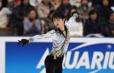 羽生結弦(20)が12月27日、苦しみながらも3年連続で全日本フィギュアの頂点に立った。 スケーティングのスピードもジャンプも、そして演技の切れも、決してベストの状態ではなかった。大切な冒頭の4回転...