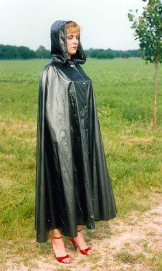 Sich wirkungsvoll dem Körper anschmiegendes dunkles PVC Regencape