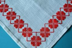 Small exellently well done vintage handmade cross-stitch embroidery tablet/ table-cloth with flower pattern in Christmas red color Christmas Embroidery Patterns, Embroidery Bags, Hand Embroidery Designs, Cross Stitch Embroidery, Machine Embroidery, Christmas Table Cloth, Bird Design, Cross Stitch Designs, Red Christmas