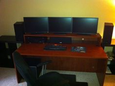 Multi monitor workstation table