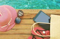 Plażowanie to wciąż jeden z najpopularniejszych sposobów spędzania wolnego czasu podczas wakacji. Tego lata również wielu z nas wybierze piaszczyste plaże w nadmorskich kurortach, tropikalne wybrzeża odległych wysp lub jeszcze nieodkryte miejsca nad wodą w niewielkich miejscowościach. Co na nie zabrać? Podpowiadają Okazje.info.
