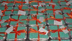 EMBALAGEM: Marmitinha Degustação DESCRIÇÃO: Essa embalagem é ideal para que você prove nossos sabores! Com um design colorido, as tampinhas possuem 3 cores diferentes: azul, pink e laranja! Contém 6 brigadeiros pequenos de um único sabor. Para sabores mistos (até 3 sabores) o pedido mínimo é de 5 unidades. Para lembrancinhas temos a opção de tampinhas revestidas em tecidos estampados. Entre em contato para maiores informações sobre as lembrancinhas. PRODUÇÃO: Brigadeiro Design