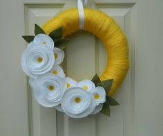 Articoli simili a Summer Wreath - Spring Wreath - Yellow Yarn Wrapped Wreath with Yellow and White Flowers and Olive Leaves - su Etsy