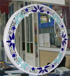 Realizado con azulejos Mirror Mosaic, Mirror Tiles, Mosaic Art, Mosaic Glass, Mosaic Tiles, Stained Glass, Glass Art, Mosaic Crafts, Mosaic Projects