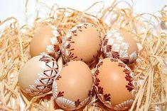 Ručne maľované veľkonočené vajíčka vhodné ako dekorácia do každej domácnosti. Slepačie výdutky sú zdobené hnedým a bielym voskom.V zás...