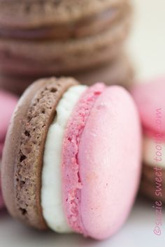 Chocolate Strawberry and Neapolitan Macarons recipe from - Neapolitan macarons. You get all 3 wonderful flavors of chocolate, vanilla and strawberry at the same time. Baking Recipes, Cookie Recipes, Dessert Recipes, Frosting Recipes, Macaron Cookies, Shortbread Cookies, Macaron Flavors, French Macaroons, Desert Recipes