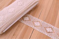 Δαντέλα Γεωμετρικό Floral LC8828  Δαντέλα γεωμετρικό floral, πλάτους 52mm. Εξαιρετική ποιότητα και κομψό, διακριτικό σχέδιο για όμορφα δεσίματα. Δώστε ένα ρομαντικό, vintage ύφος στις δημιουργίες σας. Ιδανική για να δέσετε μπομπονιέρες, προσκλητήρια, μαρτυρικά, λαμπάδες γάμου και βάπτισης, κουτιά βάπτισης και λαδοσέτ. Χρησιμοποιήστε την ακόμα για διάφορες χειροτεχνίες και κατασκευές. Vintage, Vintage Comics