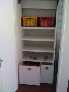 Trapkast met schuifdeur: verrijdbare lades onderin. Kan ook in de nieuwe voorraadkast!