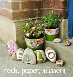 23 Fun DIY Garden Projects with Rocks Painted Rock Hello Front Door Decoration Diy Garden Projects, Garden Crafts, Diy Garden Decor, Garden Art, Garden Design, Garden Ideas Diy, Kid Garden, Family Garden, Garden Decorations