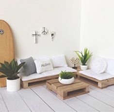 28 DIY Outdoor Furniture Projects to get Ready for Spring Diy Pallet Couch, Diy Couch, Pallet Couch Outdoor, Pallet Couch Cushions, Wood Pallet Beds, Pallet Headboards, Pallet Benches, Pallet Tables, Diy Furniture Couch