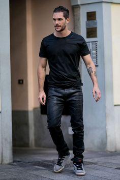 Camiseta negra Un total look negro muy rockero con camiseta negra y pantalón encerado.