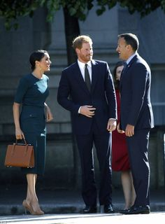 Meghan Duchess of Sussex shares a laugh with the Irish Prime Minister Leo Varadkar at government buildings in Dublin July Prince Harry And Megan, Harry And Meghan, Dublin, Sussex, Meghan Markle Style, Royal Look, Royal Style, Isabel Ii, Princesa Diana
