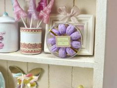 Jolie boîte de macarons parisiens Violet - Handmade Miniature Food en échelle 12