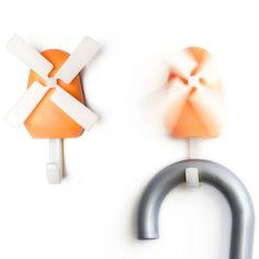 Qualy Windmolen wandhaak - Oranje  Description: Met de Windmolen wandhaak van Qualy wordt het opruimen van je tas of jas haast nog leuk. Als je iets aan de wandhaak hangt dan gaat de windmolen draaien. Gelukkig draaien de wieken niet zo hard dat de molen de spullen eraf blaast. De kunststof wandhaak is oranje. De wieken van de molen en de haak zijn wit. Je koopt dit product online bij Ditverzinjeniet.nl.  Price: 6.95  Meer informatie