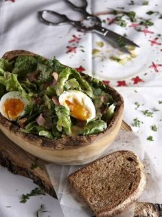 Σαλάτα με μπέικον και αβγό - www.olivemagazine.gr Salad Bar, Kinds Of Salad, Salad Dressing, Camembert Cheese, Dips, Tacos, Menu, Mexican, Vegetarian