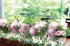 ガラスの花器に活けられたみずみずしいダリアの装花
