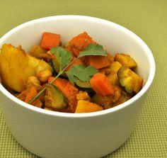 Pompoen-kikkererwtencurry met chilipeper, ui, wortel, courgette, raap, aardappel, pompoen, kikkererwten
